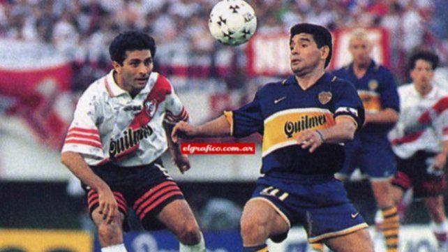 Maradona con la casaca de Boca, al que llegó en 1981, aquí en un clásico ante River.