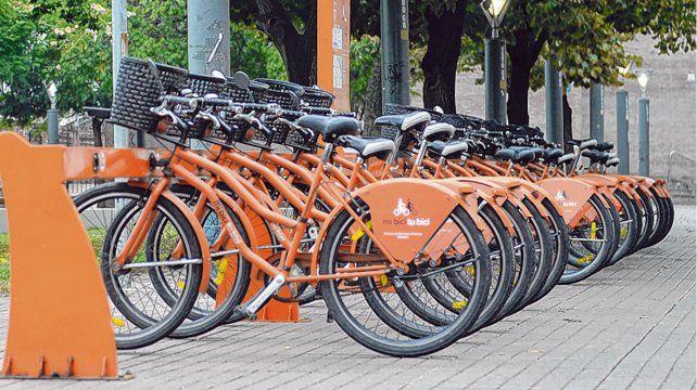 De uso público. El sistema funciona con la tarjeta prepaga Movi. Son 52 estaciones con 440 bicicletas.