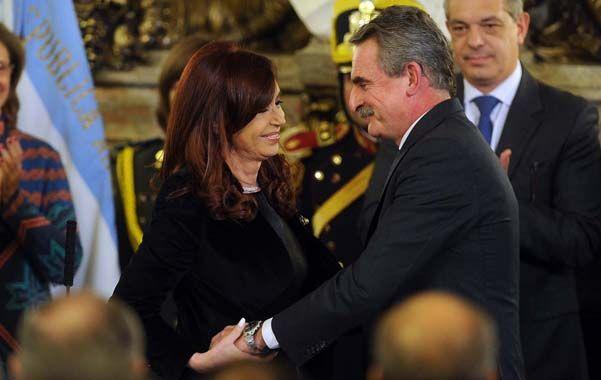 Calidez. La presidenta y Rossi se saludan luego de ponerlo en funciones como flamente ministro de Defensa.