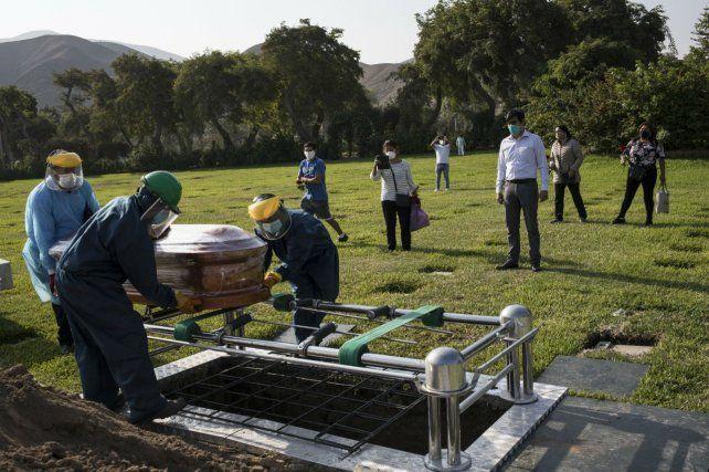 Adiós. El funeral de un camarógrafo de televisión en Lima