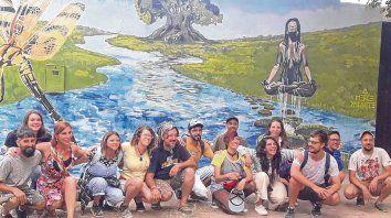 juntos. Los muralistas dejaron plasmados sus mensajes en las localidades, con obras que ahora forman parte del patrimonio cultural.
