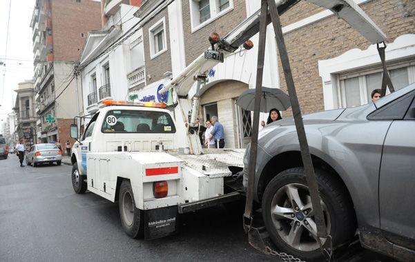 En el día de inicio del plan se llevaron 25 autos al corralón por estacionar en zonas prohibidas. (V.Benedetto)