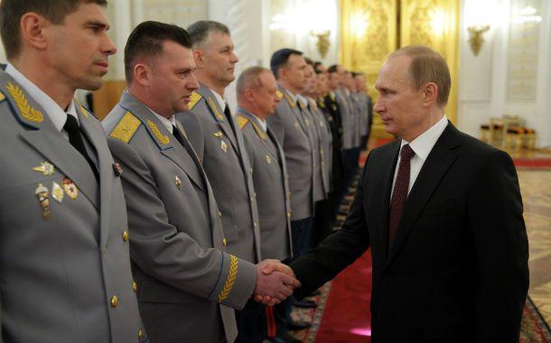 Al mando. Putin felicitó a los comandantes que anexaron Crimea.