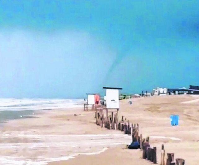 Peligro. Las trombas destrozaron varias playas de Pinamar.