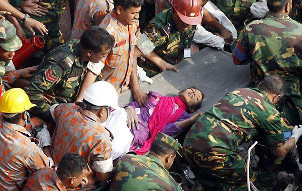 Rescate. Reshma Begum en camilla al ser socorrida entre las ruinas.