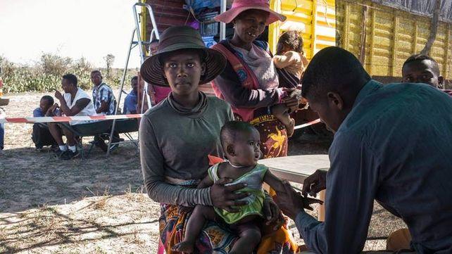Un enfermero de Médicos Sin Fronteras (MSF) vacuna a un bebé contra la tuberculosis