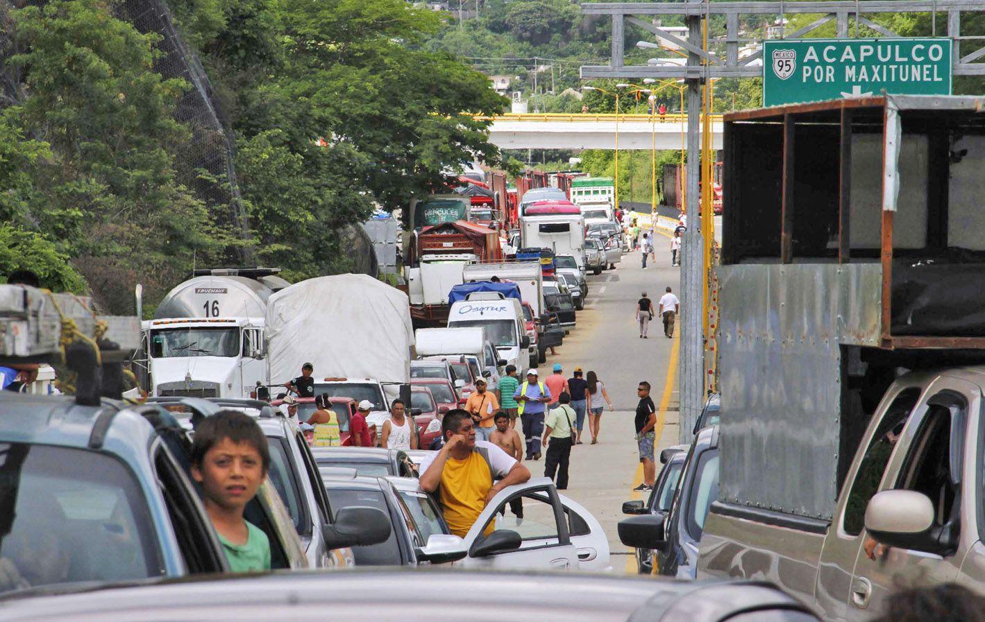 Automovilistas atrapados por un atasco de tránsito cerca del balneario internacional de Acapulco.