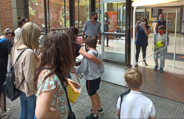 Un grupo de padres aguarda la salida de alumnos en la puerta del colegio La Salle.