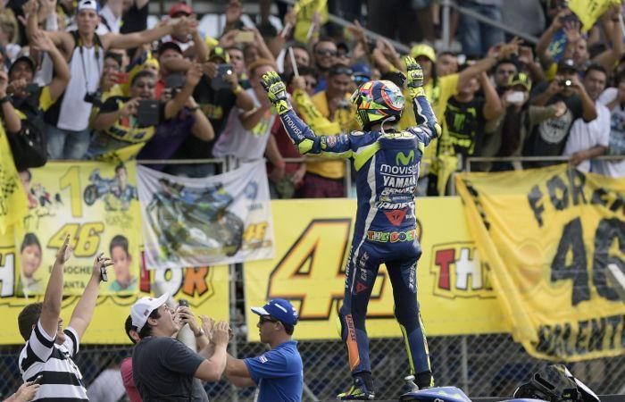 Delirio colectivo. Valentino Rossi saluda a los fanáticos.
