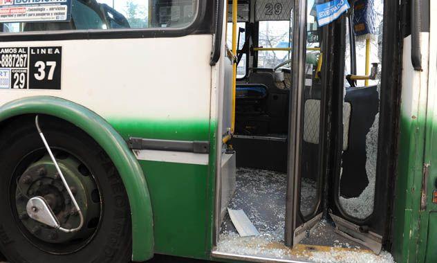 Tragedia. El transporte muestra las huellas del ataque de quien sería la víctima fatal del suceso.