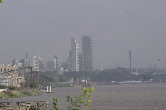 Este martes el humo de las islas volvió a cubrir la ciudad.