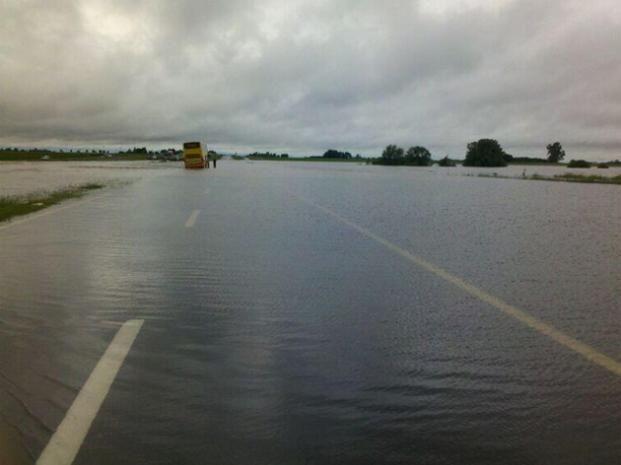 El río Areco desbordó sobre la autopista y el tránsito hacia Capital Federal está cortado.