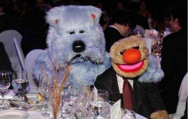 Una foto tomada de los personajes de espaldas mostró a los marionetistas que los manejan.