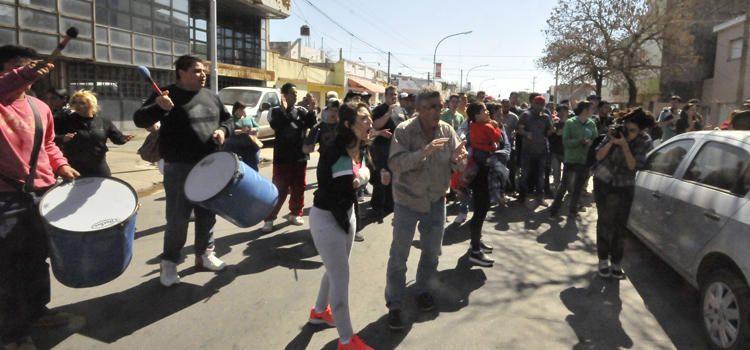 Furia. Familiares y amigos del joven fallecido hicieron una ruidosa manifestación frente a los Tribunales.