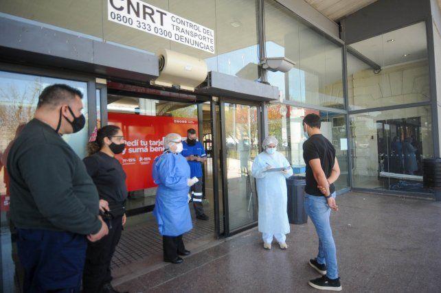 En la terminal se realizan controles sanitarios y se chequea que se respeten los protocolos Covid.