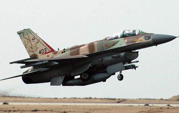 Un cazabombardero F-16 israelí cargado de bombas. Israel vuelve a estudiar un ataque al complejo nuclear de Irán.