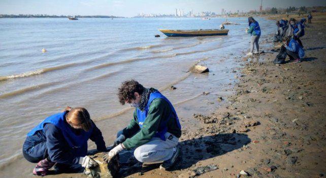 Continúa la campaña de limpieza sobre el lecho del río a raíz de la bajante.