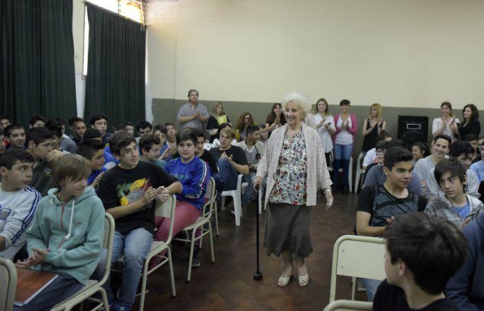 Estela de Carlotto disertó sobre derechos humanos y violencia de género en la escuela de Rouillón al 1100 bis. (Foto: Sebastián Suárez Meccia / La Capital)