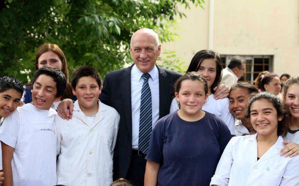 Anuncio. Bonfatti junto a alumnos de Arroyo Leyes