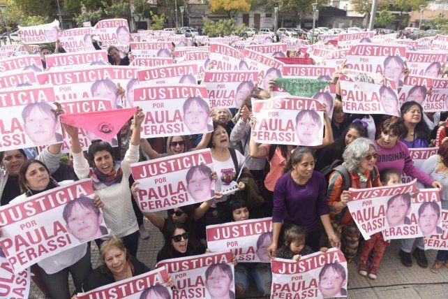 Frente al Centro de Justicia Penal hubo un fervoroso pedido de Justicia por Paula Perassi.