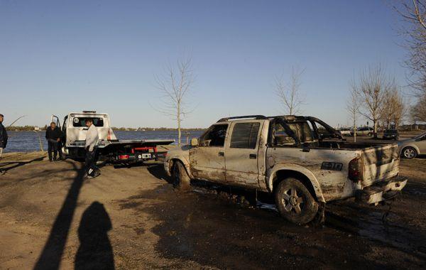La Chevrolet S-10 sería la que cayó al río tras el descuido de una pareja. (Foto: C. Mutti Lovera)