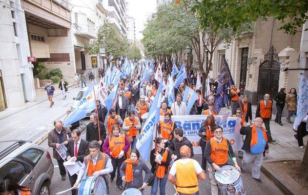 Los bancarios protestaron por la city rosarina.