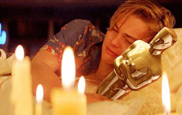 DiCaprio llora abrazado a un oscar en un meme de internet.