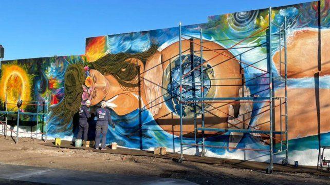 Los muralistas le dedicaron a la obra 60 horas de trabajo desafiando las inclemencias del tiempo.