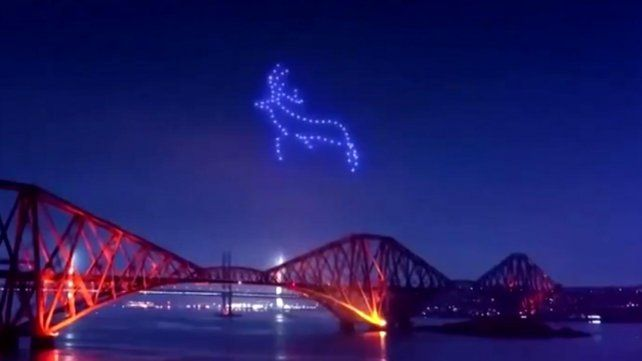 El cielo de Escocia se vio iluminado por las bellas imágenes realizadas con drones.