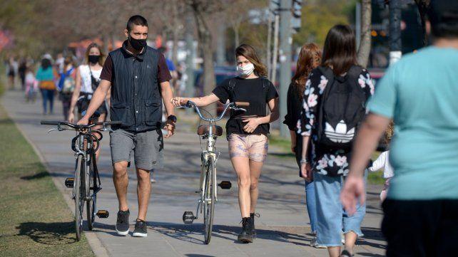 Javkin dijo que es menos riesgoso reunirse en una plaza que estar en una casa con veinte amigos