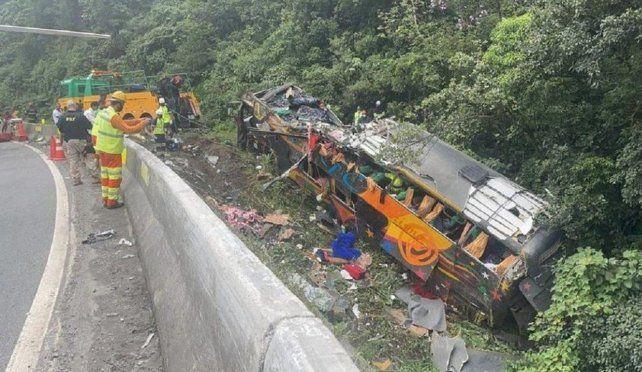 Al menos 21 personas murieron y más de 30 heridas tras el vuelco de un colectivo en Brasil