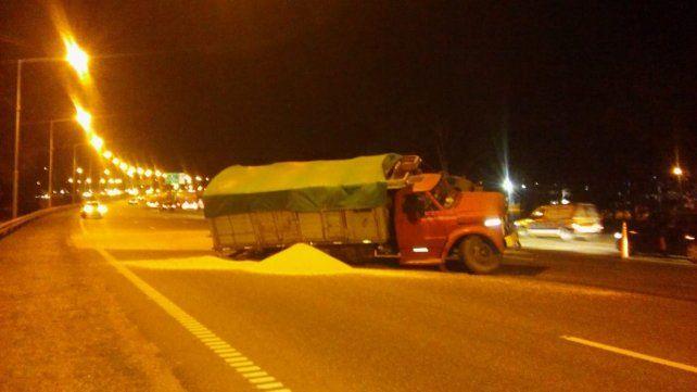 Un camión cargado con cereal volcó en Circunvalación