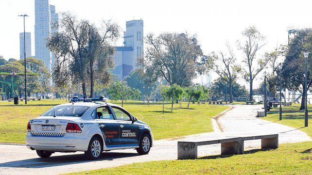 Sin salidas recreativas. Los parques de la ciudad estuvieron ayer totalmente vacíos y controlados por agentes municipales y provinciales.