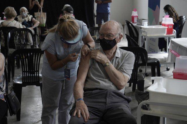 La vacunación a los adultos mayores continúa en Rosario.