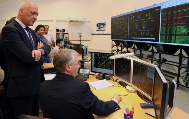 Recorrida. El gobernador Bonfatti visitó el centro dedicado al control de las estaciones transformadoras de la EPE.