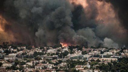 Grecia sufre unos 40 incendios y el fuego se encuentra a las puertas de Atenas