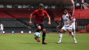 Sebastián Palacios la domina ante la marca del ex Central Rafael Delgado. El extremo derecho señaló cuatro goles en los tres amistosos que disputó.