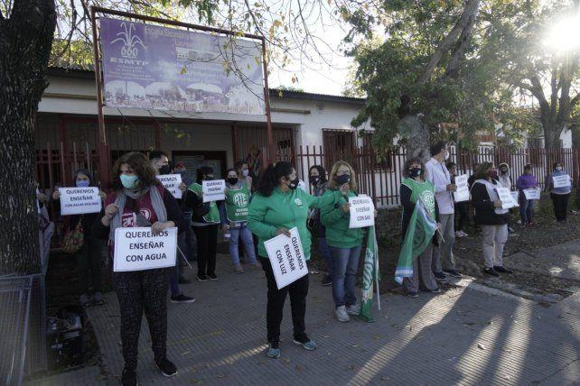 Docentes de la escuela Nº 251 y delegados de ATE visibilizaron este miércoles los problemas que aquejan a la institución.
