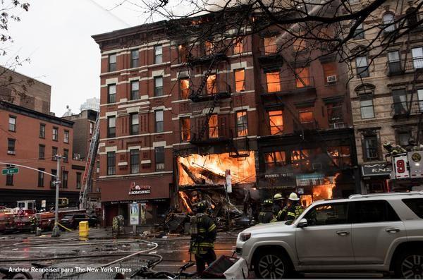 Las llamas en el edificio son elocuentes y demuestran la magnitud del incidente.