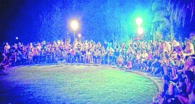 Compromiso colectivo. Una asamblea popular en la plaza de San Jorge convocó a un nutrido grupo de vecinos que claman por seguridad vial.