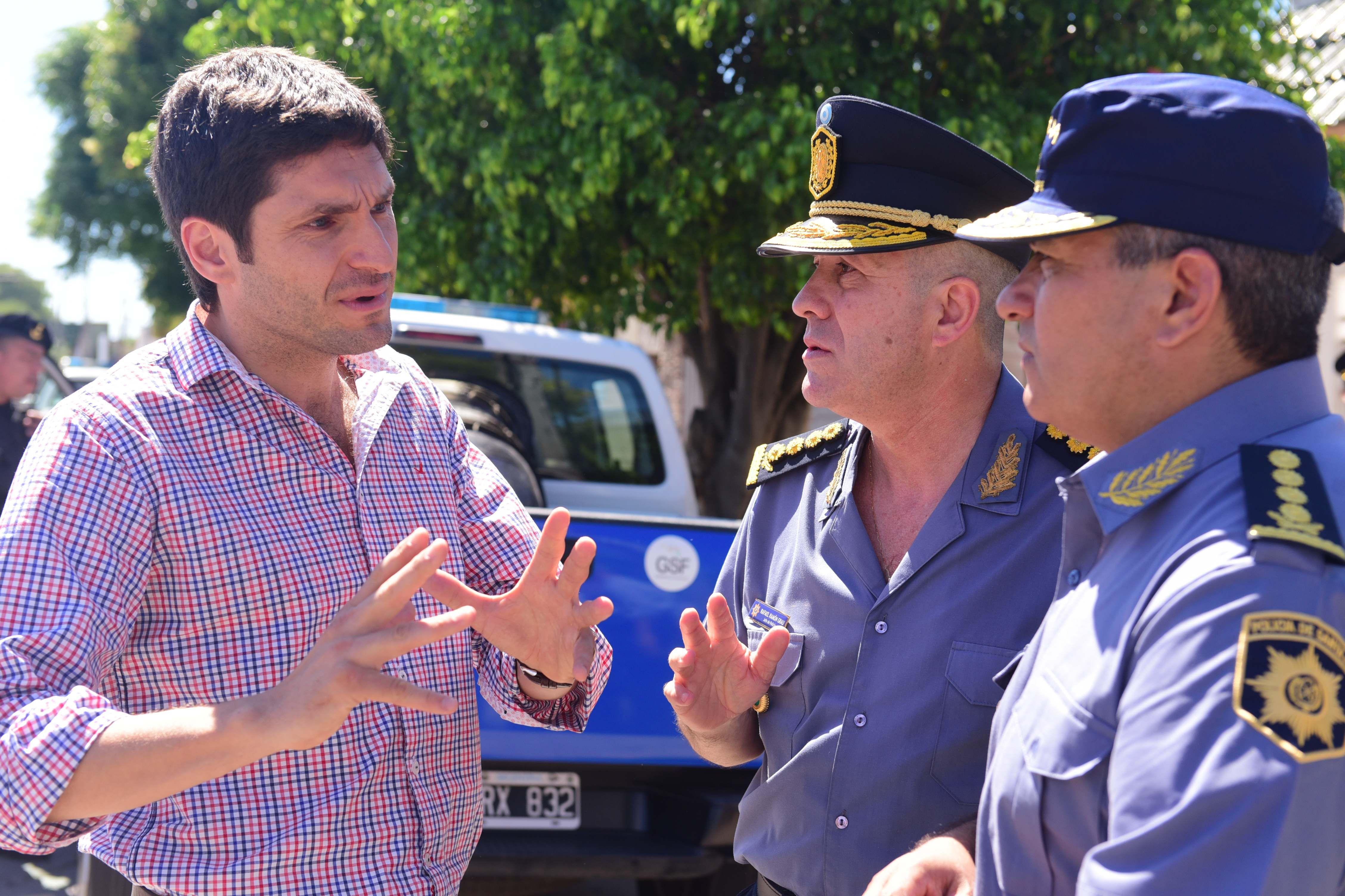 Pullaro y los jefes policiales durante los rastrillajes en busca de los prófugos del penal de General Alvear.