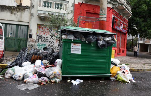 Cerrito y Corrientes. Las bolsas fuera del contenedor muestran los problemas de recolección. (Celina Mutti Lovera / La Capital)