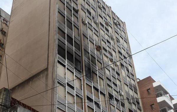 Imagen del edificio incendiado en España al 1100. (Foto: Twitter Nicolás Tarquini)