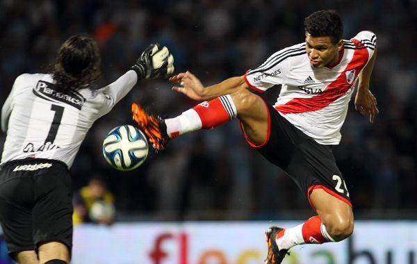 Patada karateca. Teo Gutiérrez levanta peligrosamente la pierna para la humanidad de Olave y se lleva la pelota en el gol de River