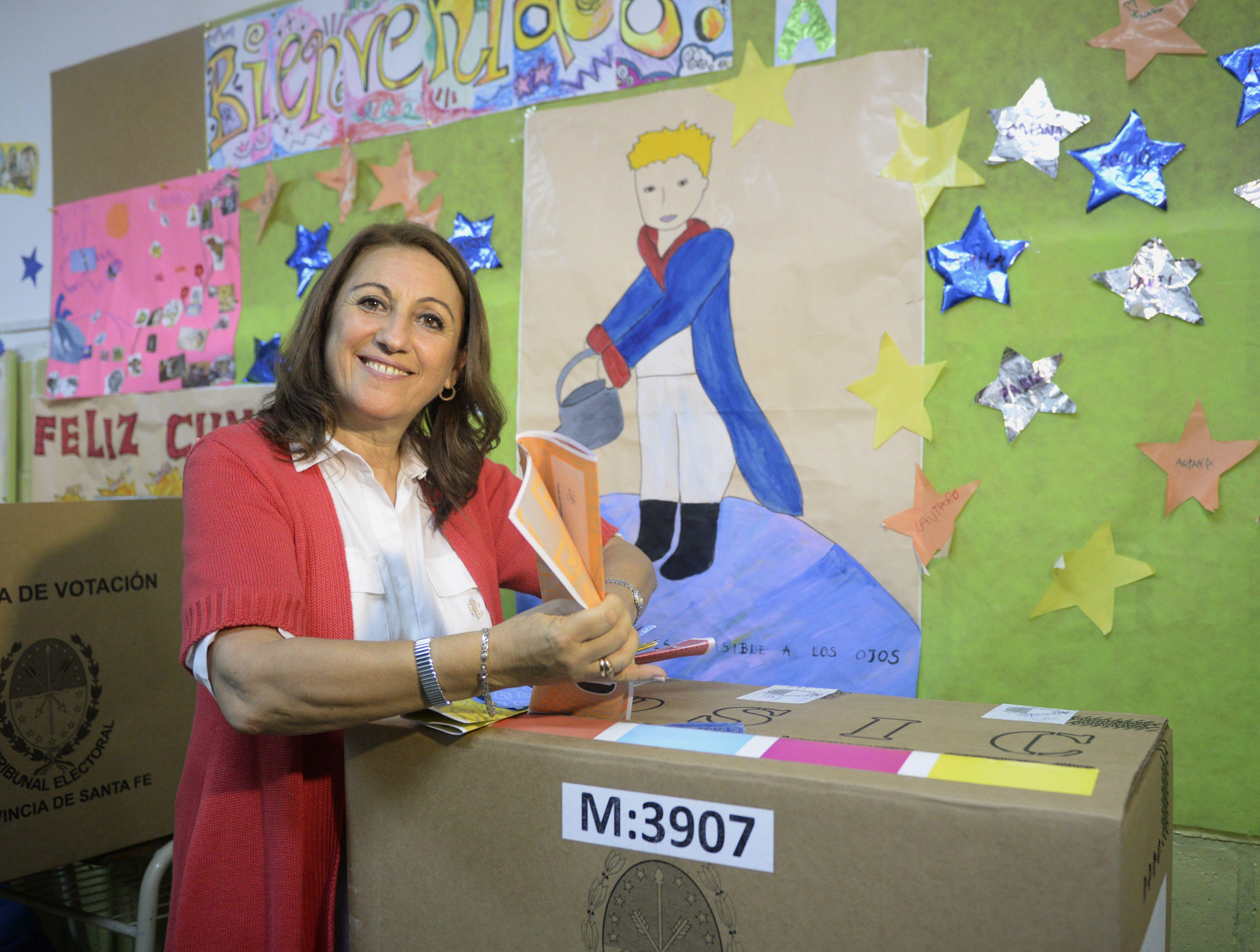 La intendenta votó este mediodía en la Escuela Nº 524