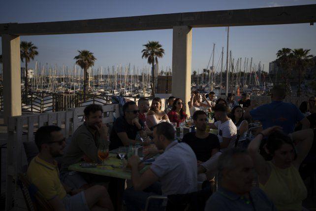 La buena vida. La gente en la Rambla de Barcelona aprovecha la llegada del verano europeo.