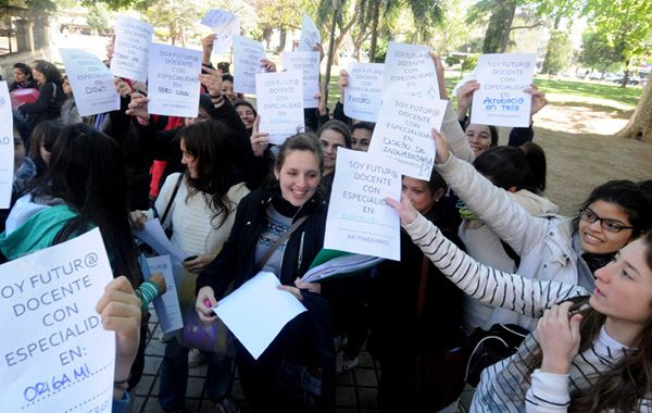 Estudiantes de los profesorados salieron ayer a la calle.