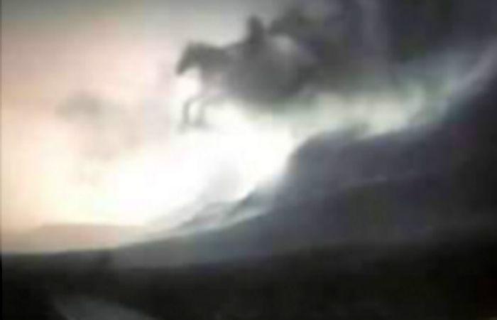 Los jinetes aparecieron surcando los cielos de México.