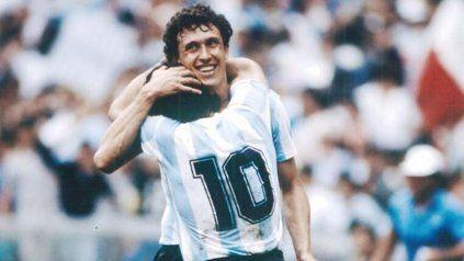 Abrazo de gol entre Maradona y Valdano en la selección.