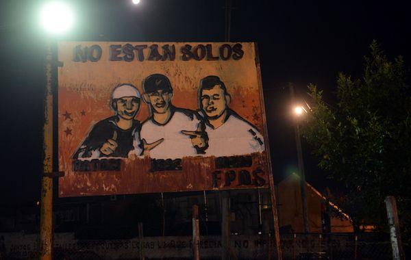 Un cartel en recuerdo de las tres víctimas mortales en villa Moreno.